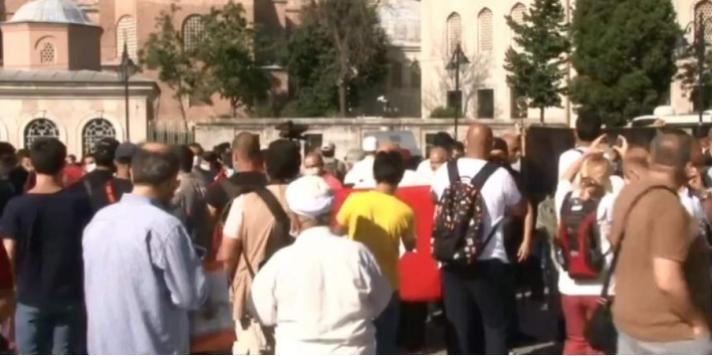 Κόσμος συγκεντρώνεται έξω από την Αγία Σοφία μετά την απόφαση να γίνει τζαμί (Βίντεο)