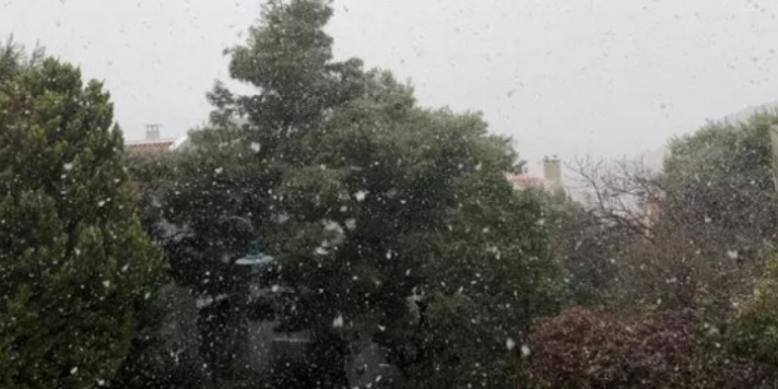 Επέλαση της κακοκαιρίας στην Αττική! Στα λευκά Πάρνηθα, Πεντέλη και Άγιος Στέφανος! Βρέχει ασταμάτητα στην Αθήνα