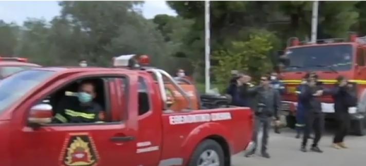 Το χειροκρότημα πυροσβεστών για τους γιατρούς του «Σωτηρία» (video)