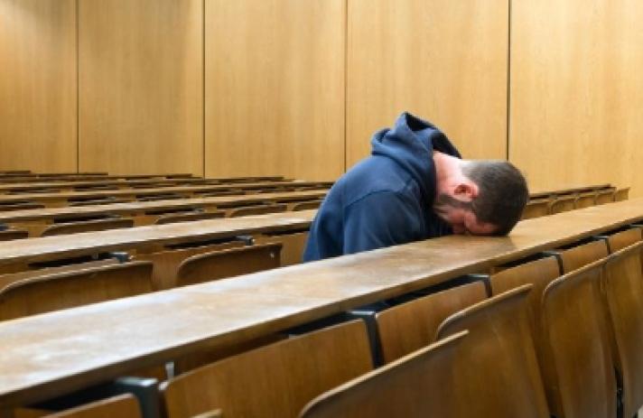 Αδιάβαστος φοιτητής έστειλε ....αδιάβαστο τον καθηγητή του με το γραπτό του