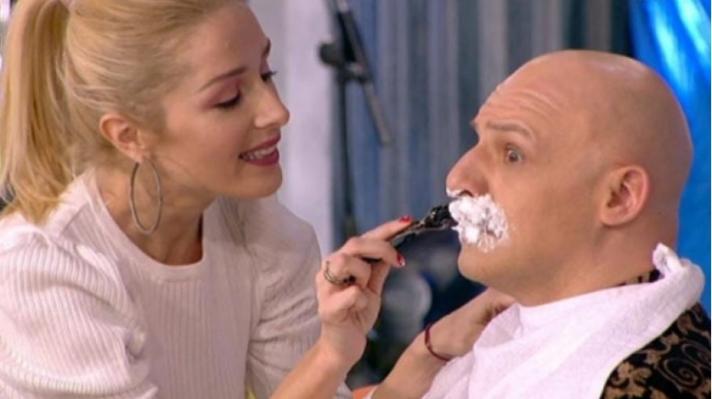 Μπήκε στο πλατό και ξύρισε το μουστάκι του Νίκου Μουτσινά! (βίντεο)