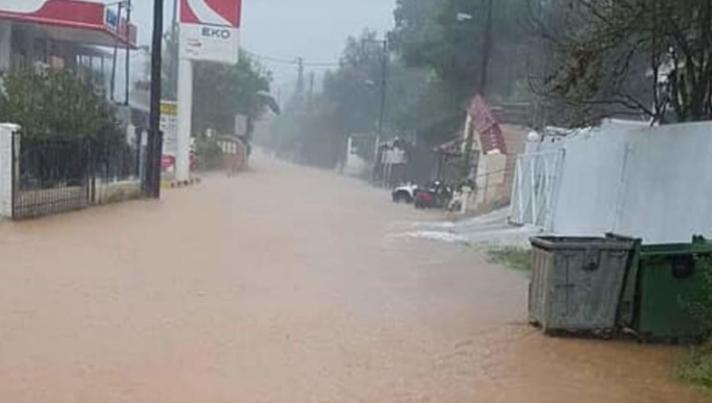Σκιάθος: Χείμαρροι στα στενά από την έντονη καταιγίδα - Πλημμύρισαν καταστήματα και σπίτια (βίντεο)