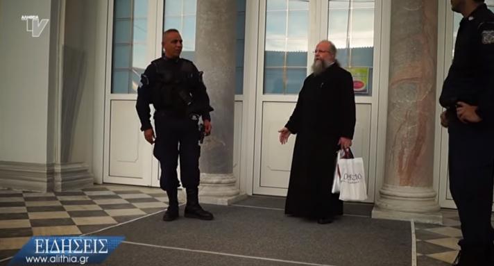 Συνελήφθη ιερέας στη Χίο επειδή είχε ανοιχτές τις πόρτες του ναού