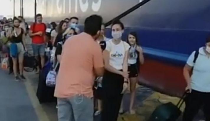 Την ρώτησαν έξω από καράβι στον Πειραιά που πάει και απάντησε στον ρεπόρτερ «Καρπενήσι» (Video)