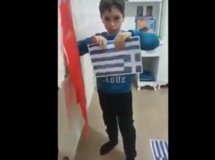 Αγόρι από την Τουρκία σκίζει επιδεικτικά την ελληνική σημαία και σχηματίζει το σήμα των Γκρίζων Λύκων μπροστά στην κάμερα (βίντεο)...