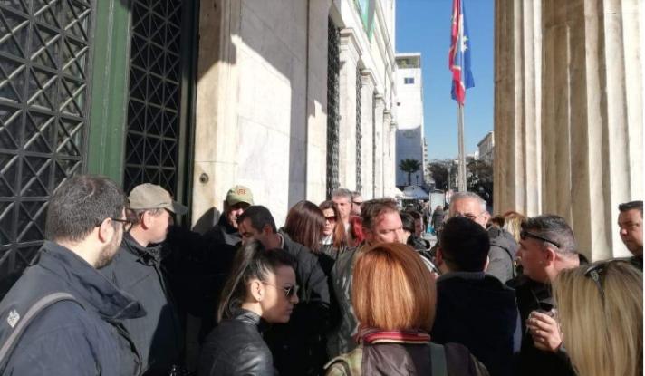 43 συμβασιούχοι επιστρέφουν στη δουλειά τους - Συμφωνία με Μπακογιάννη στην απεργία
