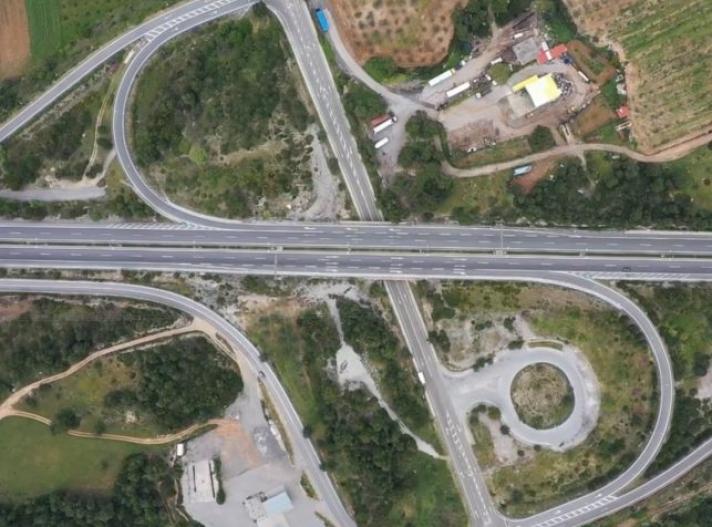 Πρωτόγνωρες εικόνες της Εθνικής Οδού Αθηνών-Λαμίας από ψηλά. Μία ιστορική Δευτέρα του Πάσχα χωρίς αυτοκίνητα...