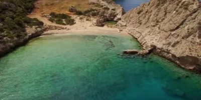Η κρυφή παραλία που απέχει μόλις μιάμιση ώρα από την Αθήνα