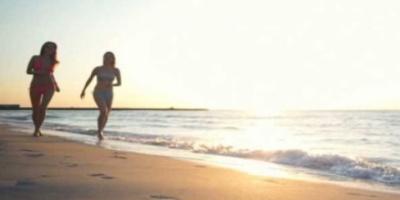 Γιατί κάνει καλό να περπατάμε ξυπόλυτοι στην αμμουδιά