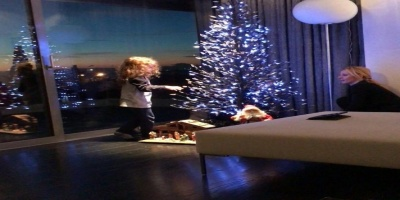 Τρυφερή φωτό»! Δείτε την Πέγκυ Ζήνα να στολίζει το δέντρο με την κόρη της